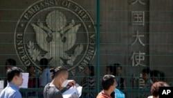 在美國駐北京大使館外申請赴美簽證的人在排隊等候。(2018年7月26日)