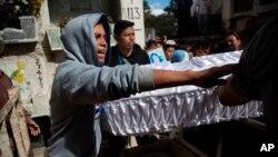 Los familiares llevan el ataúd que contiene los restos de la niña de 17 años, Siona Hernández García, quien murió en un incendio en la Virgen del Hogar Seguro de la Asunción.