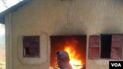 Un bâtiment en feu à Niamey, Niger, le 16 janvier 2015. (VOA/Abdoul Razak Idrissa)