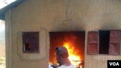 Gereja yang dibakar di Niamey, Niger (16/1). (VOA/Abdoul Razak Idrissa)