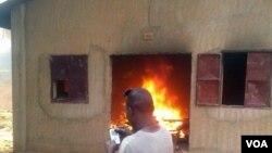 Une maison brûle à Niamey, le 16 janvier 2015. (VOA/Abdoul Razak Idrissa)
