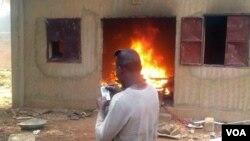 Incendie d'une église au Niger le 16 janvier 2015.(VOA/Abdoul Razak Idrissa)
