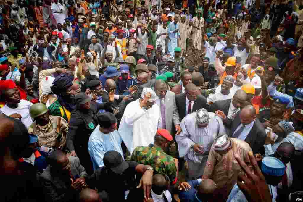 Buhari yayin da ya isa jihar Bauchi