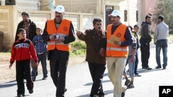 阿盟观察团成员1月5日视察叙利亚南部德拉附近的一个城镇