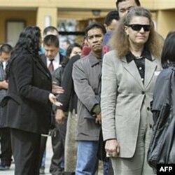 Gradjani Kalifornije u redu za podnošenje prijava za nezaposlene.