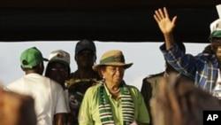 재선에 도전하여 선거 유세 중인 라이베리아의 엘렌 존슨 설리프 현 대통령