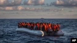 ددغو مهاجرو اکثریت اروپا ته د رسیدو په هیله په زړو او بیکاره بېړیو کې سفر کوي