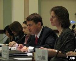 贸易副代表萨皮罗(右)等政府官员出席听证会