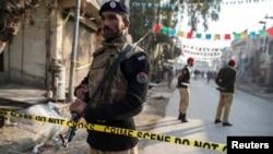 Polisi Pakistan mengamankan lokasi serangan bom bunuh diri di kota Rawalpini, Pakistan, Senin (20/1).