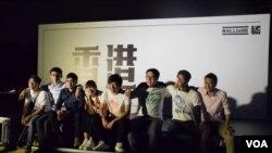 選舉聯盟6名候選人梁頌恆(左二起)、李東昇、游蕙禎、黃俊傑、王百羽、陳澤滔(右一),與助選的兩名本民前發言人梁天琦(左一)及黃台仰(右二)。(VOA 湯惠芸攝)