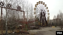 FILE - A Ferris wheel is seen in the Pripyat amusement park in what has become an iconic symbol of the Chernobyl nuclear distaster. (A. Arabasabi/VOA)