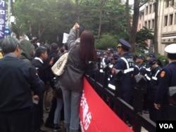 大批警方人员在现场。(美国之音燕青拍摄)