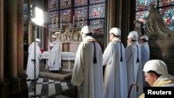 Tổng giám mục Paris Michel Aupetit cử hành thánh lễ đầu tiên bên trong một nhà nguyện sát Nhà thờ Đức Bà, ở Paris, Pháp, ngày 15 tháng 6, 2019.