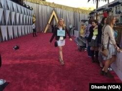 Figuran memakai papan nama bertuliskan bintang Hollywood (Dok:VOA/Dhania)