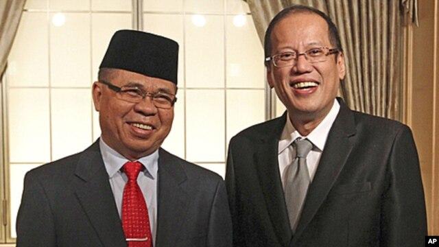 Philippine President Benigno Aquino (R) meets Al Haj Murad Ibrahim, a chairman of the Moro Islamic Liberation Front (MILF), in Tokyo, August 4, 2011