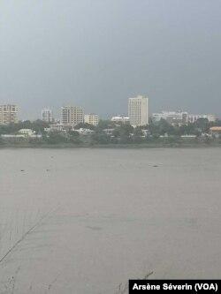 Vue de Kinshasa, à partir de Brazzaville, les deux capitales séparées par le fleuve Congo, le 13 mai 2019. (VOA/Arsène Séverin)