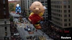 ប៉ោងៗយក្ស Charlie Brown កំពុងហោះនៅតាមមហាវិថី 6th Avenue ក្នុងការដើរក្បួនក្នុងថ្ងៃដឹងគុណ Macy ក្នុងសង្កាត់ Manhattan ក្រុងញូវយ៉ក កាលពីថ្ងៃទី២៤ ខែវិច្ឆិកា ឆ្នាំ២០១៦។