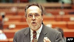 Ông Marty hướng dẫn một toán điều tra viên đến Kosovo và Albania sau khi có những cáo buộc về buôn bán nội tạng của Quân đội Giải phóng Kosovo