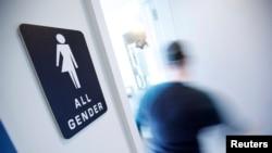 """美国北卡罗来纳州一个厕所上写着""""所有性别""""(2016年5月5日)"""