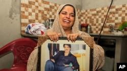Humaira Bibi, sister of Zulfikar Ali, convicted of drug crimes, cries in Lahore, Pakistan, Wednesday, July 27, 2016.