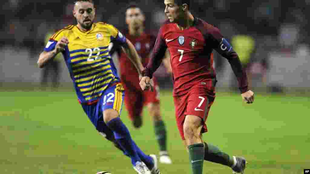 Le Portugais Cristiano Ronaldo défile Victor Rodriguez, d'Andorre, lors du match de qualification de la Coupe du Monde au stade municipal d'Aveiro, le 7 octobre 2016.