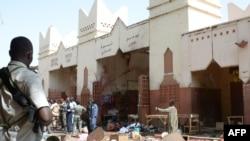 Lokasi serangan bunuh diri di sebuah pasar di N'Djamena, Chad (11/7). (AFP/Brahim Adji)
