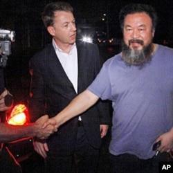 艾未未獲釋後在家門外與記者握手