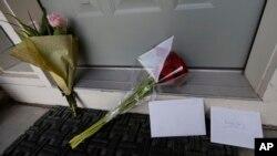 Цветы и открытки на крыльце дома студентa погибшего в результате стрельбы в Университете Северной Аризоны. 9 октября 2015,