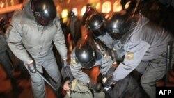 Задержание милицией участника акции протеста оппозиции в Санкт-Петербурге. Россия. 31 января 2011 года
