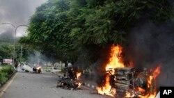 Viaturas incendiadas por membros da seita Dera Sacha Sauda