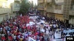 Para demonstran yang memadati jalan-jalan di kota Homs. Ingris, Perancis, Jerman dan Portugal mengajukan rancangan baru untuk resolusi PBB (27/9).