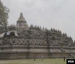 Candi Borobudur yang tertutup abu vulkanik akibat letusan Gunung Merapi.