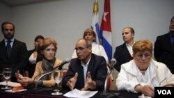 Los disidentes cubanos Elena Larrinaga, Ernesto Gutiérrez y Blanca Reyes durante la conferencia de prensa que ofrecieron en Montevideo.
