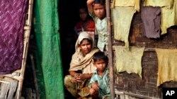 2일 버마 라카인주 난민촌의 로힝야족 어린이들 (자료사진)