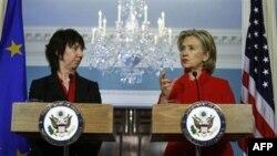 Ngoại trưởng Hoa Kỳ Hillary Clinton (phải) và Ủy viên Chính sách Đối ngoại EU Catherine Ashton