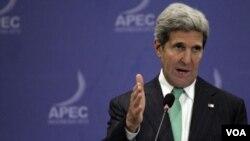 ລັດຖະມົນຕີຕ່າງປະເທດ ສະຫະລັດ ທ່ານ John Kerry ກ່າວຕໍ່ສື່ມວນຊົນ ທີ່ກອງປະຊຸມ ການຮ່ວມມື ເສດຖະກິດ ເອເຊຍ ປາຊິຟິກ.
