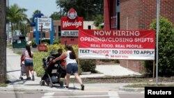 Ресторан Wendy's с вывеской «Сейчас нанимаем». Тампа, Флорида, 1 июня 2021 г.