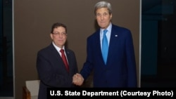 존 케리 미국 국무장관(오른쪽)이 10일 파나마에서 브루노 로드리게스 쿠바 외무장관과 회동했다.
