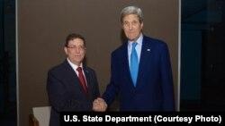 រូបថតឯកសារ៖ រដ្ឋមន្ត្រីការបរទេសស.រ.អា. John Kerry ស្វាគមន៍រដ្ឋមន្ត្រីការបរទេសគុយបា Bruno Rodríguez នៅក្នុងកិច្ចប្រជុំកំពូលនៃទ្វីបអាមេរិក ក្នុងក្រុងប៉ាណាម៉ា ប្រទេសប៉ាណាម៉ា កាលពីថ្ងៃទី១០ ខែមេសា ឆ្មាំ២០១៥។