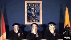 Gambar dari situs ETA ini menunjukkan tiga pemimpin kelompok ini mengumumkan tawaran gencatan senjata pada tanggal 5 September lalu.