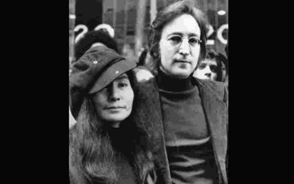 John Lennon junto a Yoko Ono.