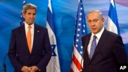 Menteri Luar Negeri Amerika John Kerry (kiri) dalam konferensi pers bersama PM Israel Benjamin Netanyahu di Yerusalem, Selasa (24/11).