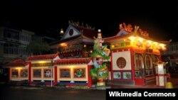 Vihara Tri Dharma Bumi Raya di Kota Singkawang di malam hari, 21 Desember 2010. (Foto: Wikipedia/Wibowo Djatmiko)
