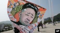 북한 정권 수립 66주년을 맞은 지난 8일 한국 탈북자단체 회원들이 파주시에서 김정은 정권을 비난하는 내용의 대북 전단을 풍선에 달아 살포하고 있다.