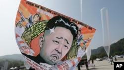 북한 정권 수립 66주년을 맞은 지난 8일 한국 탈북자단체 회원들이 파주시에서 김정은 정권을 비난하는 대북 전단을 풍선에 매달아서 북으로 날려보내고 있다.