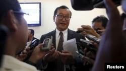 Sam Rainsy (tengah), ketua partai oposisi CNRP (foto: dok). Partai CNRP mengatakan akan berusaha menjegal RUU tentang LSM.