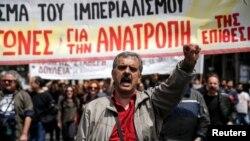 Seorang pengunjuk rasa meneriakkan slogan menandai dimulainya aksi mogok menentang reformasi pajak dan pensiun di Athena, Yunani (6/5).