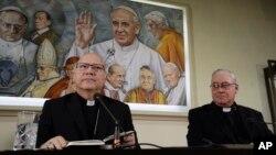 Los obispos Luis Fernando Ramos Pérez (izq.) y Juan Ignacio González, de la Conferencia de Obispos de Chile, hablan con periodistas en El Vaticano, el lunes 14 de mayo, previo a sus reuniones con el papa Francisco por un escándalo de abuso sexual.