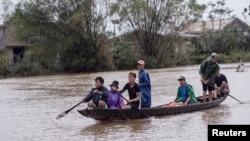 Người dân đi nhận đồ cứu trợ ở Thừa Thiên Huế.