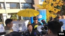 港加聯在多倫多中領館前黑衣抗議中國人大釋法。(港加聯圖片)